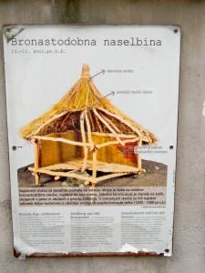 Na Mostu na Soči je stalo naselje že v srednji ali pozni bronasti dobi. To je rekonstrukcija najstarejše stavbe v kraju, katere ostanki so se ohranili (1300-1000 pr. Kr.).