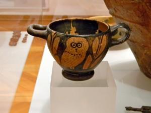 Na začetku kulturnozgodovinske poti je niša z repliko grškega skifosa iz 5. stol. pr. Kr., okrašenega s sovico med oljčnima vejicama, katerega original (na sliki) hrani Tolminski muzej. Posodico je našel Miha Mlinar v enem izmed grobov na Mostu, sovica pa je postala simbol poti Čez most po modrost.