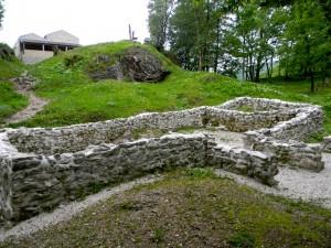 Dan smo zaključili z vzponom na arheološko najdišče Tonovcov grad. Na vrhu hriba so ostanki treh cerkva (nad dvema so zdaj znova zgradili poslopji), malce niže, v ospredju slike, pa so ostanki hiše.